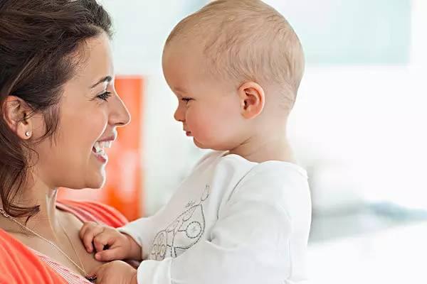 5个月大宝宝,将小姨当成妈?1岁内宝宝是如何辨认出妈妈的?