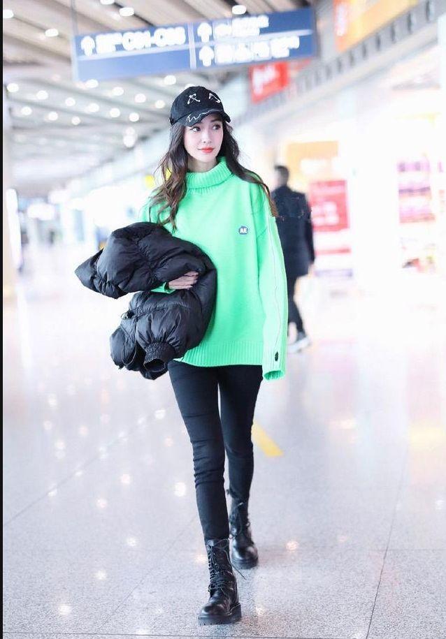 [精彩]原创杨颖荧光绿毛衣,别针棒球帽个性减龄,大眼睛宛如真人芭比!