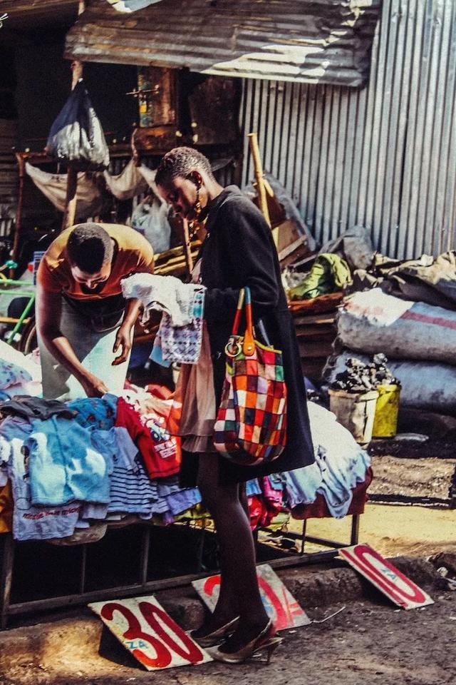 印中文的旧衣服,在非洲成了抢手货!文化,历史!