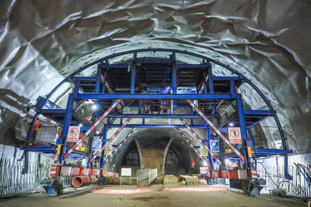 西宁南北过境线首座长大隧道全线贯通!