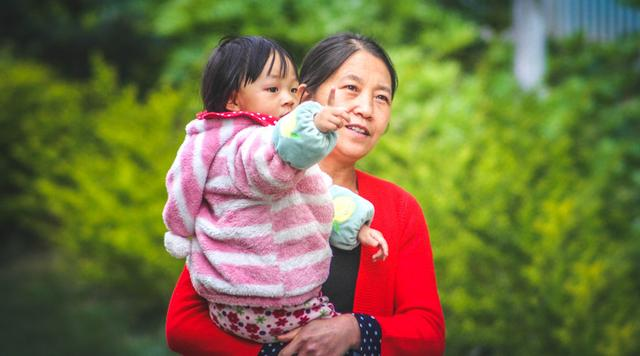 """原创""""来,吃neinei"""",为了让孩子听话睡觉,奶奶让孙子吃自己的乳头"""