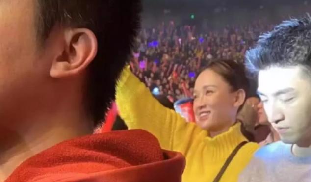 陈乔恩穿黄衣服现身演唱会,再怎么扮嫩,也没掩饰住脸部的衰老!