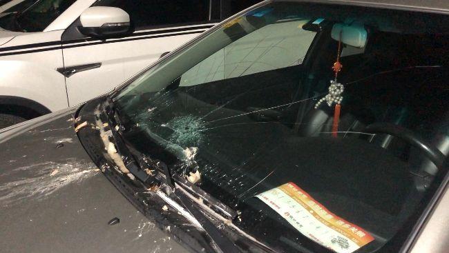 啪!从天而降一袋厨余垃圾,金汇广场小区一小车玻璃被砸裂