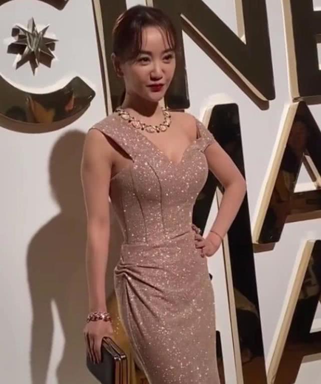 杨蓉身材惹争议,穿裙子裹得很紧,让外国友人看的面红耳赤!
