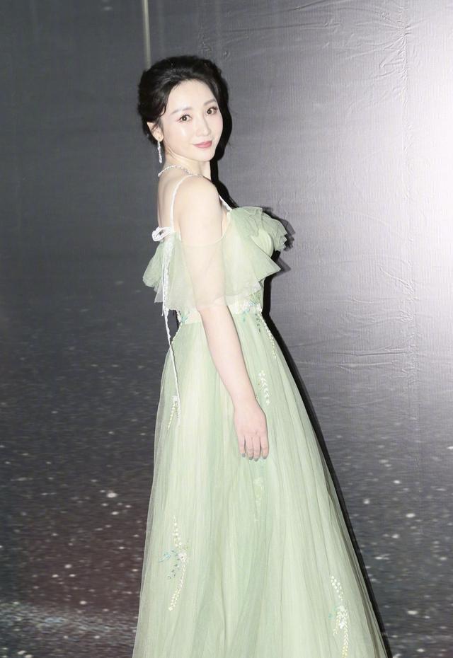 蔡卓妍时隔五年再封影后,穿洁白深V礼服现身领奖,现场透露病情