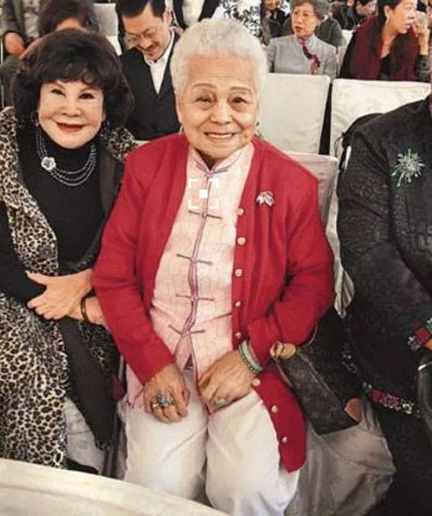 原创98岁母亲住院,周润发与老婆轮班照顾尽孝心,还带来了家里的枕头