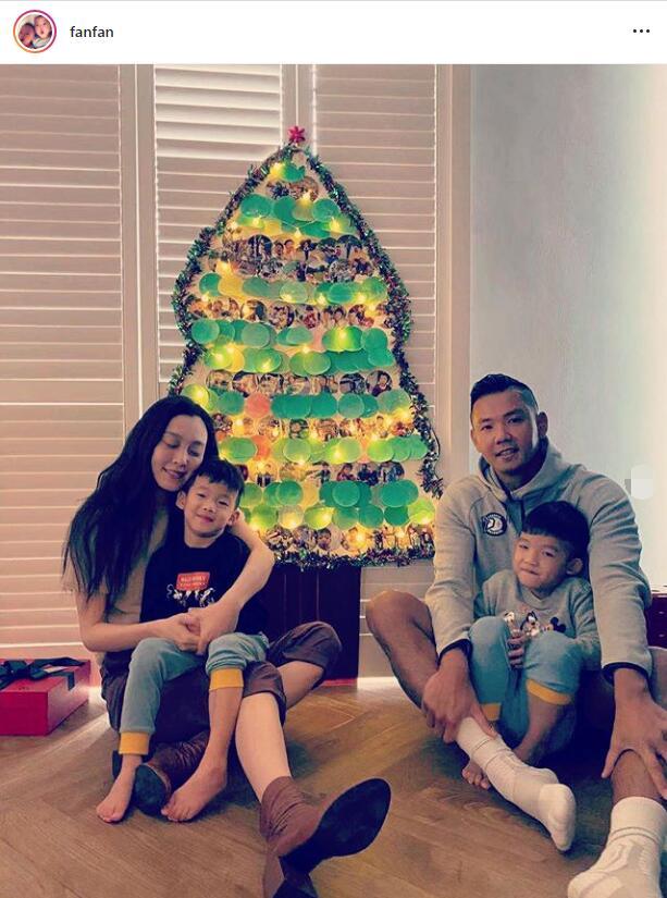 原创范玮琪一家四口过圣诞节,一人抱一娃,4岁双胞胎儿子越长越像