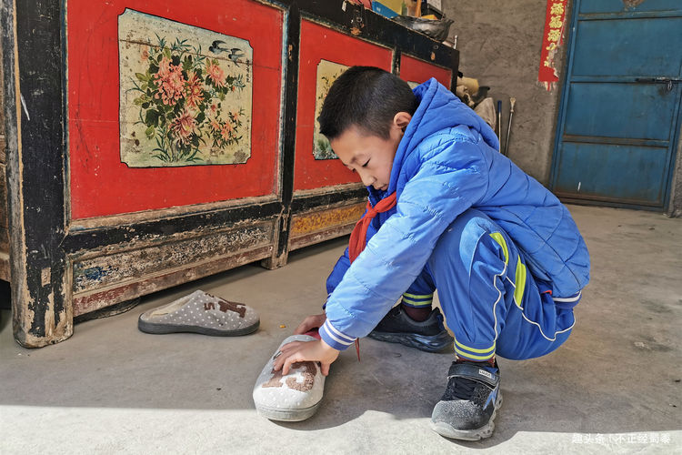 原创60岁农村大爷辅导外孙学习,希望孩子能考上大学,圆自己的梦