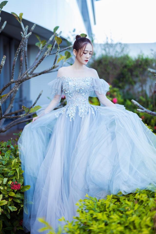 陈乔恩保养有方,身穿淡蓝色抹胸裙优雅时尚,身材窈窕纤细似少女