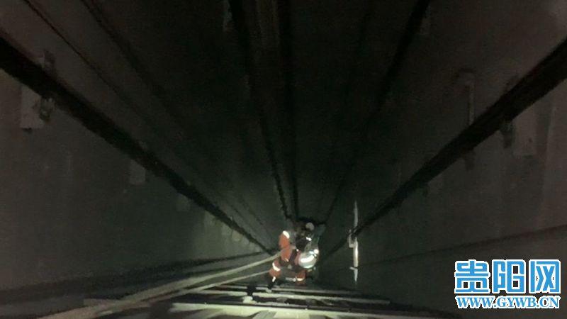 电梯惊魂!门开了电梯却没上来,男子一脚踏空抓住钢索从30楼直坠……