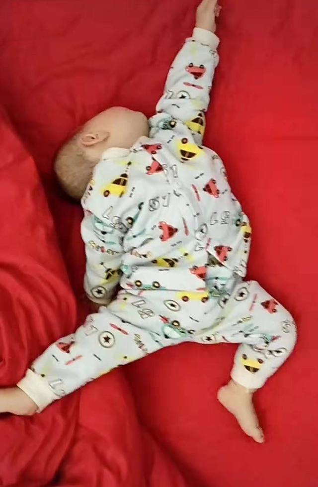 宝宝睡觉摆出奇怪睡姿,妈妈看了很忧心,网友:他要奔月,你别管