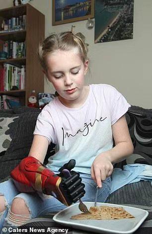 """英国11岁女孩天生无右手,受捐助新装仿生电子手成""""钢铁侠"""""""
