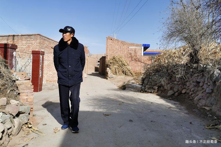 60岁农村大爷辅导外孙学习,希望孩子能考上大学,圆自己的梦