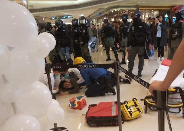 港媒:暴徒在元朗一商场闹事,一男子为躲避警员追捕从二楼跳下