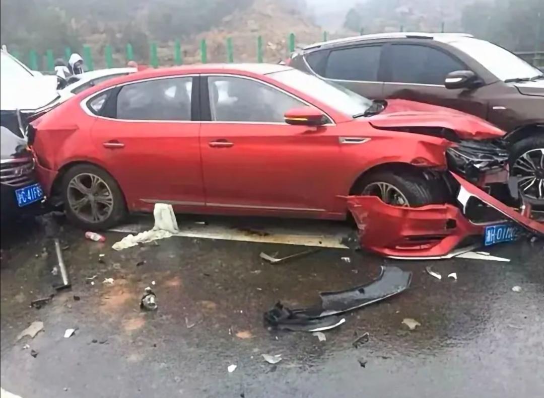 安徽高速多车追尾 安徽岳武高速发生追尾事故 23辆车相撞致5死4伤