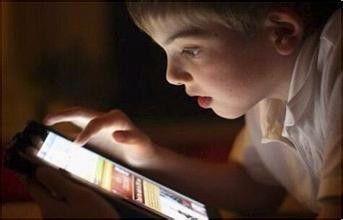 2岁幼儿凌晨不睡觉,抱着手机看个不停,孩子手机瘾是怎么来的?