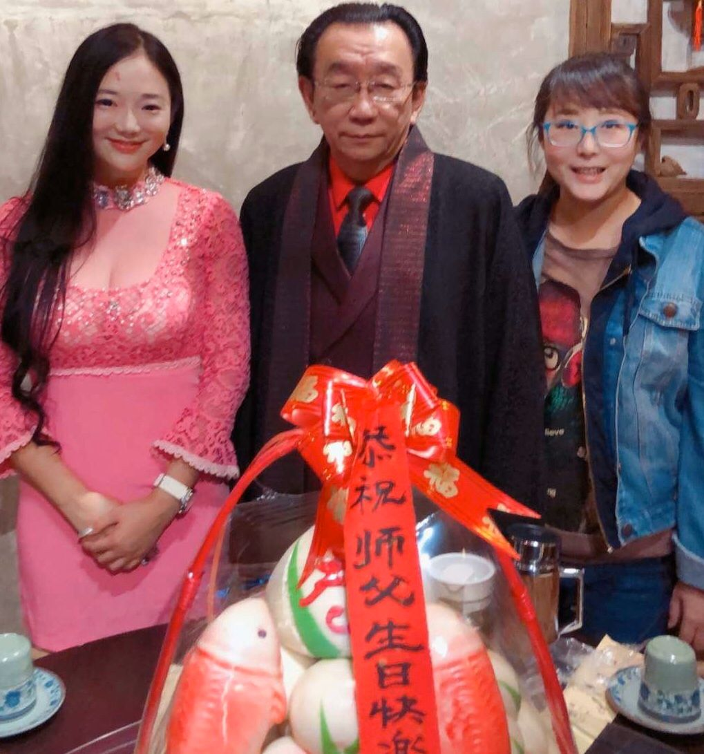 侯耀华73岁生日与美女合影状态好,尹相杰何云伟陈寒柏组团庆生