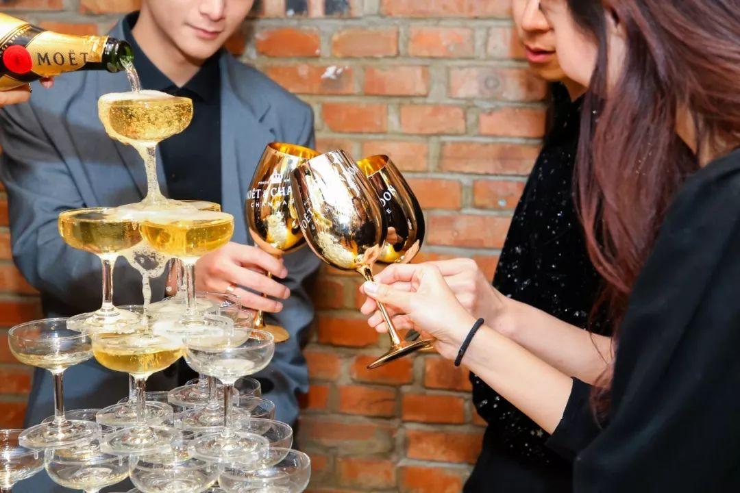 """街拍时刻的香槟""""爬梯"""",谁是那颗最闪亮的""""灯球""""?"""