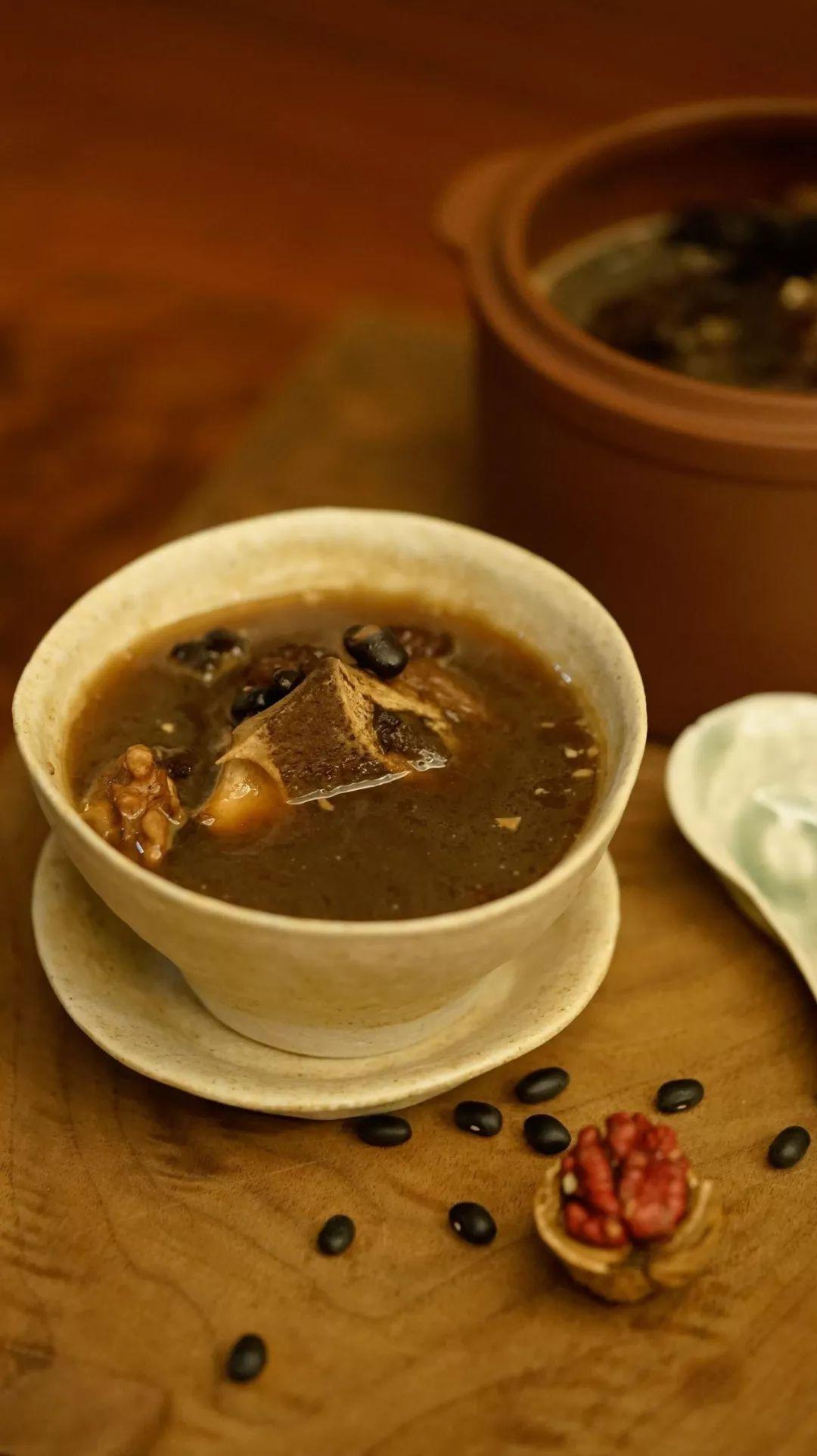 杜仲巴戟黑豆煲猪尾汤