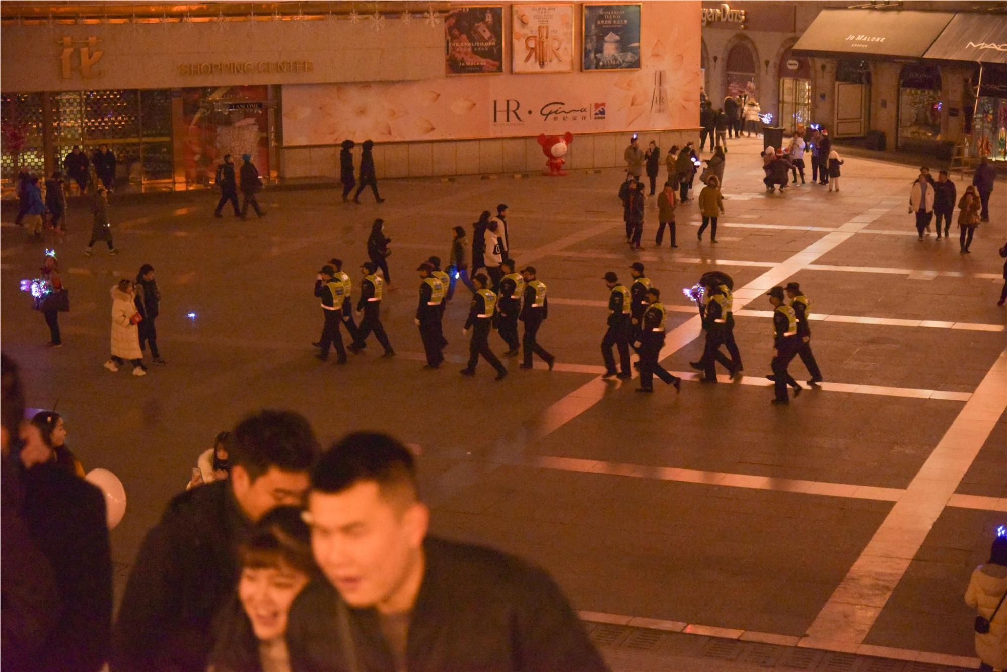 2019年平安夜,西安街头人流不如周末,洋节被冷淡何尝不是好事?
