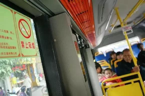愤怒!江西一大学生公交车上被殴打,竟因为这事…(附现场视频)