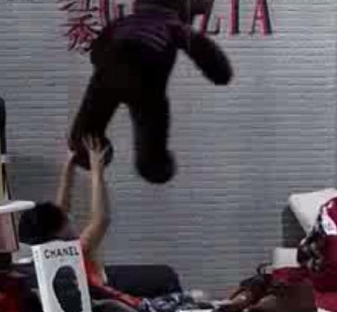 """华晨宇旧照被扒,抢走玩偶熊的衣服自己穿,果然是""""熊孩子""""!"""