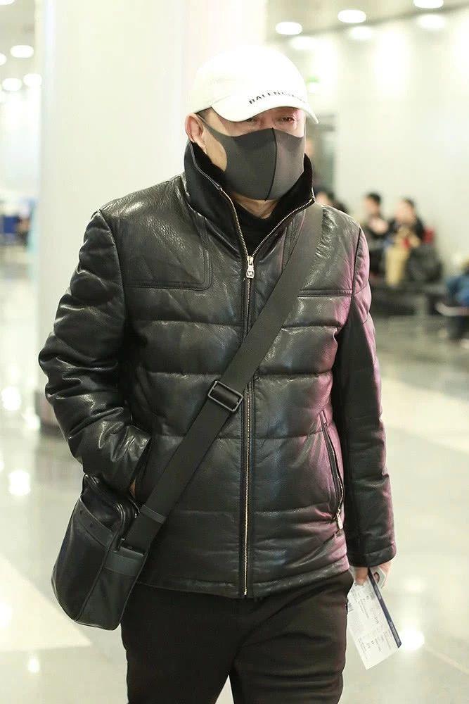 潘长江戴千元棒球帽