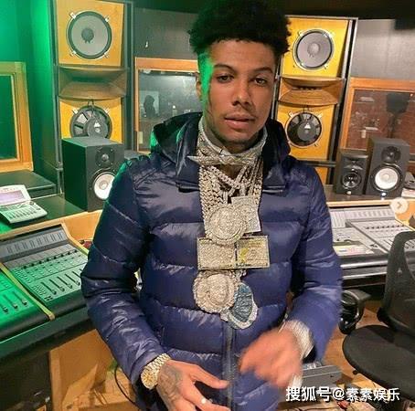 22歲饒舌歌手在貧民區撒錢,站豪車頂上撒鈔票惹爭議