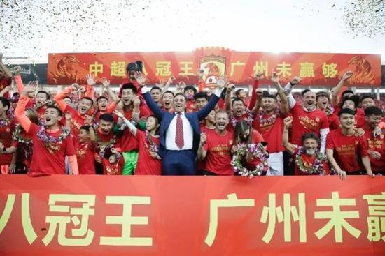 颁奖后李珊给天津队队员发红包 红包封面上有彩蛋