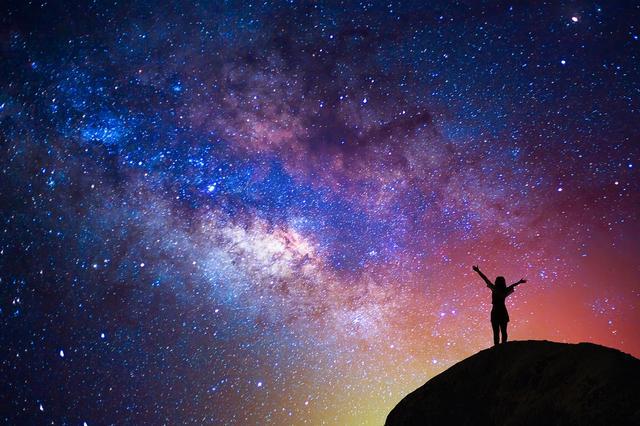 既然宇宙能无中生有,那么奇点是不是违反了能量守恒定律