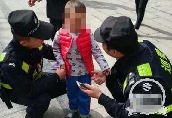 2岁女儿走丢,宝爸一旁看热闹发现是自己女儿,民警不敢相信