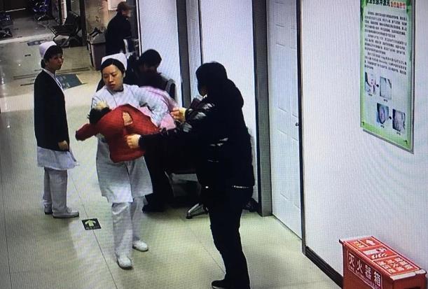"""""""你抱娃狂奔的样子真美!""""孩子突然抽搐,护士狂奔3分钟抱送急救"""
