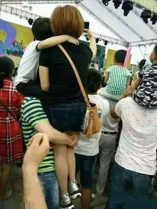 搞笑GIF:男人就是一座山啊,扛着老婆孩子