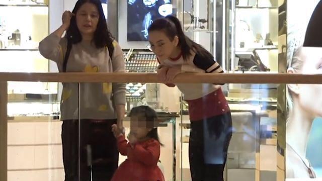 原创             郭富城一家出行被拍,方媛穿百褶裙出镜,气质好配得上天王!
