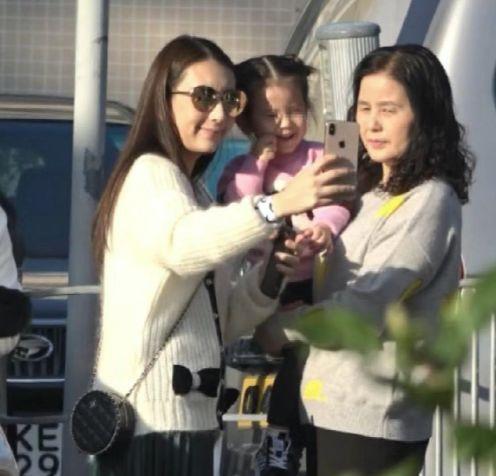郭富城携4位女眷出游,与小4岁岳母同框不显老,2岁女儿颜值高