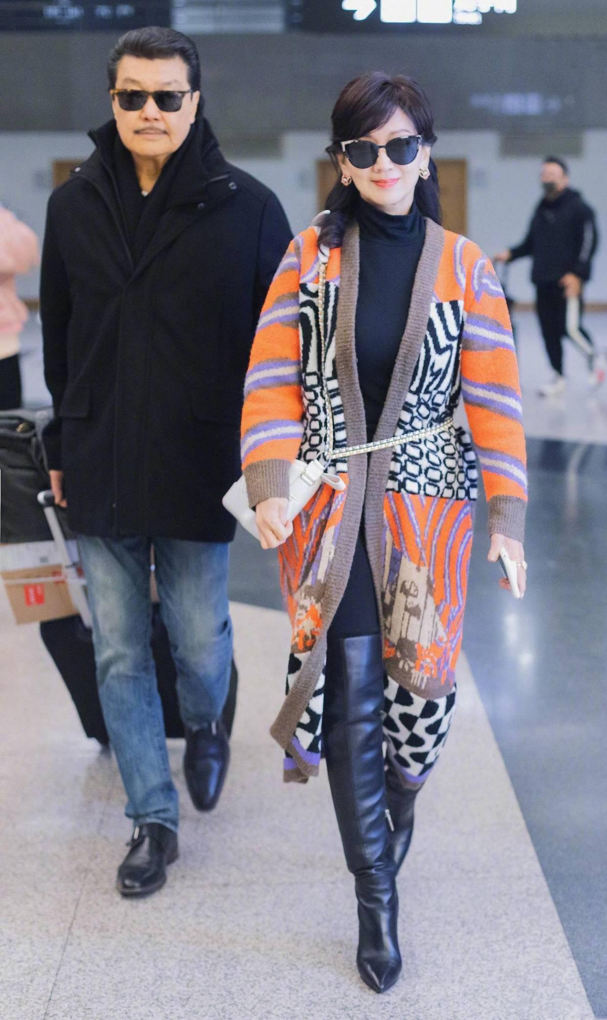 原创             赵雅芝黑色打底配亮色针织外套,包包背带扎腰好时髦,老公依旧帅