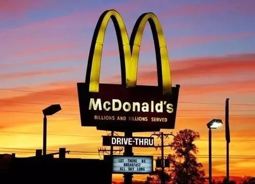 """""""速食文化""""席卷时尚圈,麦当劳不好好卖炸鸡竟然推出「金拱门无限商店」搞起副业了?"""