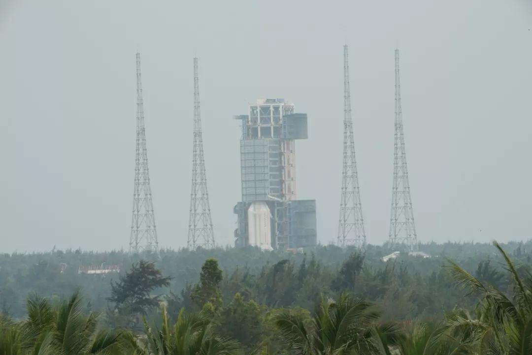 此番长征五号遥三运载火箭发射任务之所以备受瞩目,牵动人心,也是因为未来几年迫在眉睫的一系列重大航天工程,如探月三期嫦娥五号月球探测器,中国首次火星探测任务,中国载人空间站建设等都需要长征五号肩负发射任务,这迫使长征五号必须战胜氢氧发动机之疾,长征五号遥三发