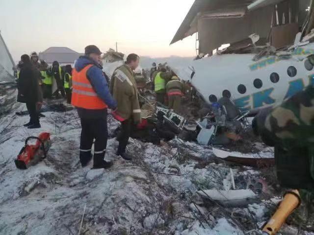 哈萨克斯坦载百人飞机坠毁已致7死机龄23年!画面显示机身断裂