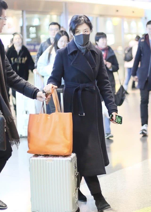 51岁周涛低调现身,黑色大衣好气质,却被素颜眼袋出卖了年龄