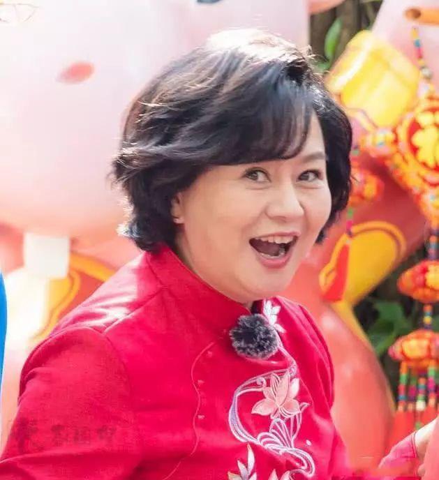 鞠萍穿红小褂现身广州,腰粗圆如桶,就是普通老人的身材了!