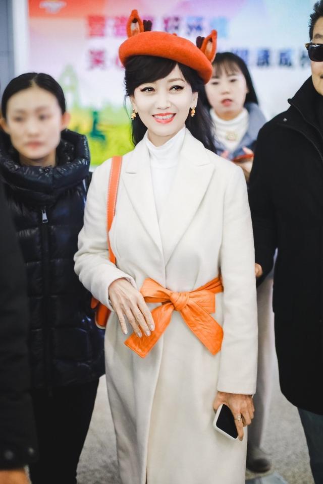 """赵雅芝一身""""麋鹿""""造型走机场,65岁的年纪,却比小姑娘还会穿"""
