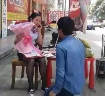 搞笑GIF趣图:妹子,能认真点吗?我在求婚啊!