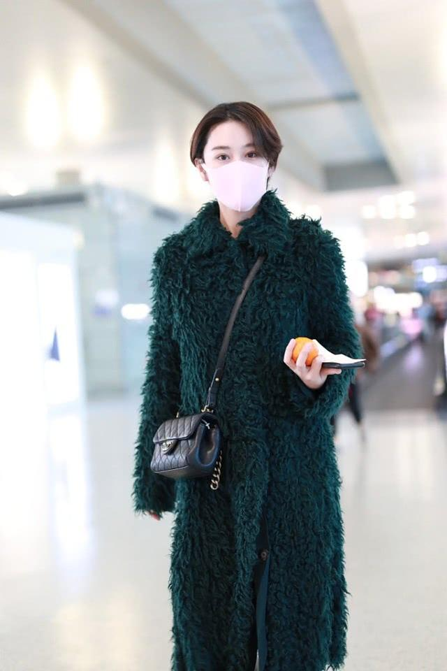 张馨予穿起球大衣走机场?大冬天赶时髦,还在露脚踝!