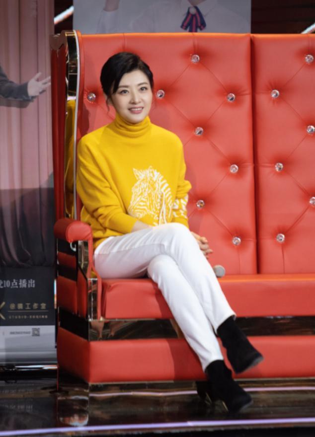 周涛录节目穿高领毛衣,还搭了条白裤子,看着只有30岁的样子!