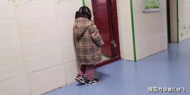 <b>4岁女孩在教室门口罚站?原因让人感动</b>