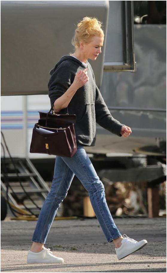 原创             52岁妮可·基德曼低调出镜,自己拎包不耍大牌,泡面头一言难尽