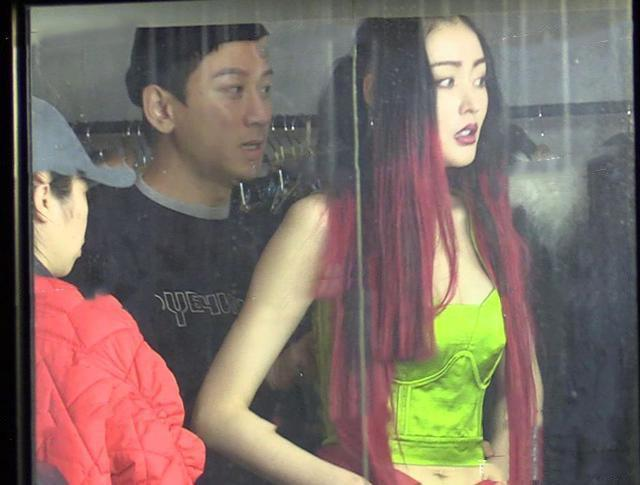 张天爱近照一头红发,还学杨丽萍留长指甲,学的真是不伦不类!