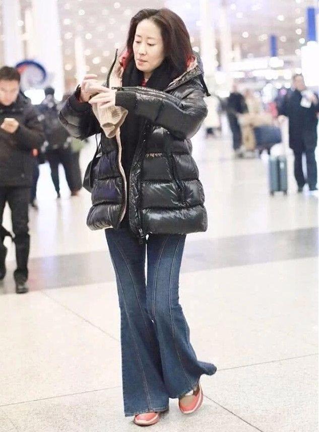 原创             刘敏涛素颜现身机场,秃眉皮松气色苍白,穿的也很普通!