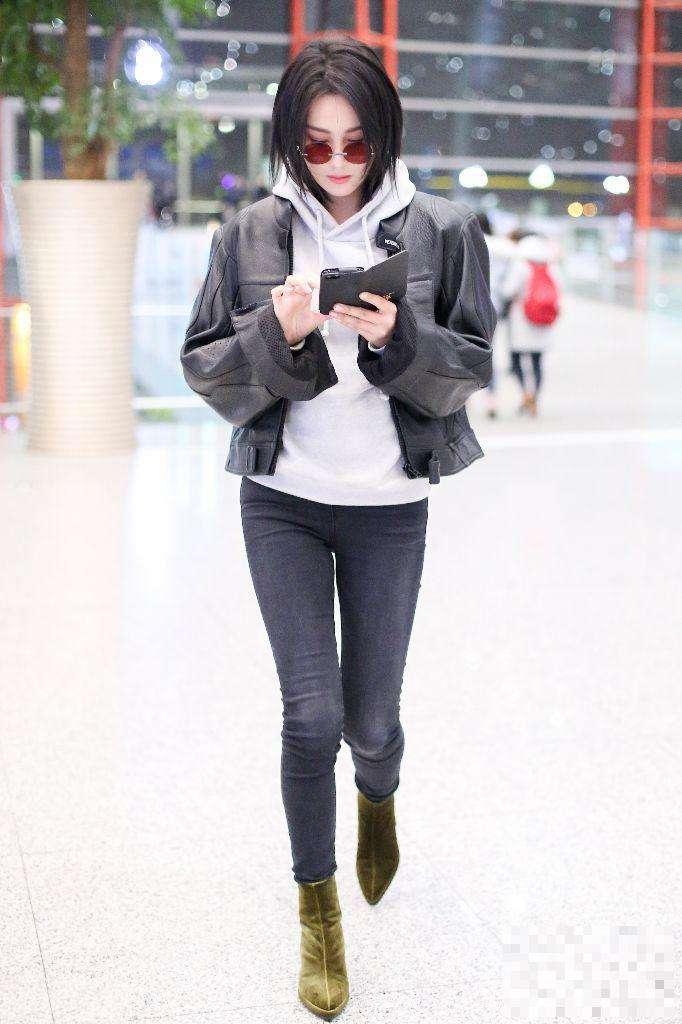 原创             张馨予穿起球大衣走机场?大冬天赶时髦,还在露脚踝!